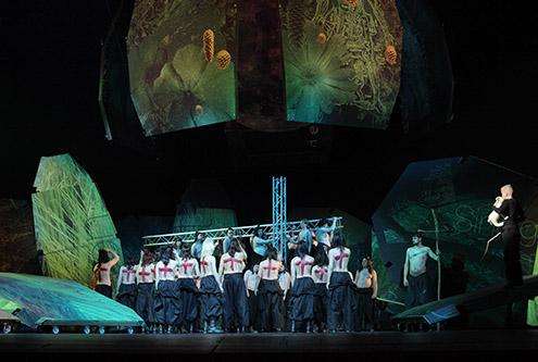 Post image for Ar Latvijā drukātām dekorācijām uz La Scala skatuves